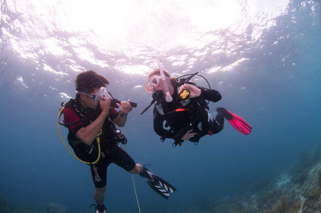 divers-equalizing-ears-under-water-1024x680